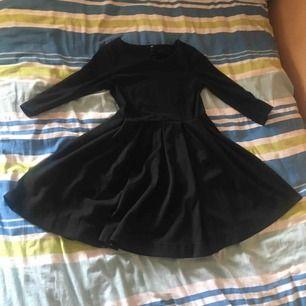 Superfin klänning. Sparsamt använd. Lite tjockare tyg. Trekvarts ärmar. Priset är inkl frakt :)
