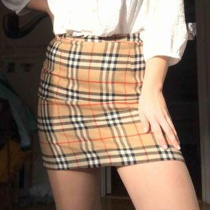 En fake Burberry kjol köpt på Humana i Stockholm! Ingen aning om storlek men den passar mig som är Small / 38. Bra skick, frakt: 50kr! ✨