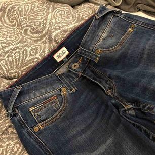 Tommy hilfiger jeans i strl 24/34 (skulle säga att de passar xs-s) Byxorna sitter jättefint i rumpan och framhäver både den och höfterna! De är helt oanvända och är som nya. Köpte för 800kr, Möts upp eller så står du för frakten💞