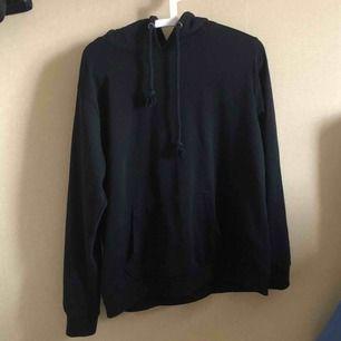 Svart hoodie från BikBok. Säljs pga ingen användning. Priset kan diskuteras. Kan mötas upp i Stockholm eller swisha det går lika bra.