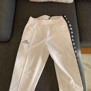 """Säljer riktigt snygga byxor ifrån märket """"KAPPA"""" med knappar på. Använda ca 2 ggr alltså är de som nya. Storlek S."""
