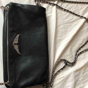 Säljer en Zadig & Voltaire väska. Den vanliga modellen. Den är hel och i bra skick. Rostat lite på spännet (se bild) 💕💋💫