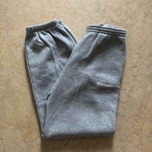 Ett par gråa mjukisbyxor från Champion. Säljs pga ingen användning och för liten storlek. Kan mötas upp i Stockholm eller swisha det går lika bra.