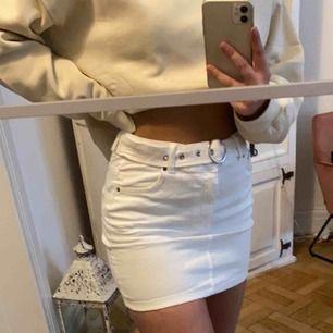 Super fin kjol från Bershka! Stretchigt material med ett inbyggt skärp i midjan. Använd fåtal gånger och är i super bra skick.