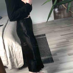 """Lång """"siden"""" kjol från Zara, kortad för mig som e ca 163 (syns inte).  Storlek s, nypris 299. Helt oanvänd förutom dessa bilder. Köpare står för frakt, går att mötas upp."""