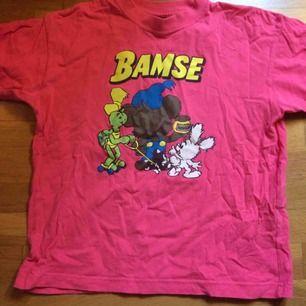 Bamse 😍 Så söt rosa tröja. Den är märkt 140 men jag kunde lätt ha den när jag hade S/liten M. Väldigt fint skick. Frakt: 42 kr i postens påse