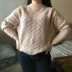 Söt, ljusrosa, stickad tröja från Monki som passar XS-L beroende hur du vill att den ska sitta. Får inte så mycket användning av den tyvärr :( men den är jätteskön! Pris går att diskuteras utan krångel, frakt ingår inte men kan mötas i Sthlm!