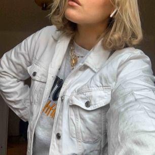 Vit oversized jeansjacka ifrån Gina Tricot! Passar till allt och sitter riktigt snyggt. Den är lite skrynklig på bilderna då den är nytvättad!😊