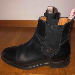 Gant chelsea boots i storlek 38. Jätte bekväma och ger inte skoskav!Ny pris 2000kr men använda bara några gånger pga min stil ändrades så därför säljer jag de för 500kr.