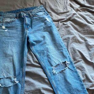 Säljer dessa coola jeansen från H&M, med hål på knäna och lite slitningar. Inköpta i Ungern och är i bra skick. Köparen står för frakten💕