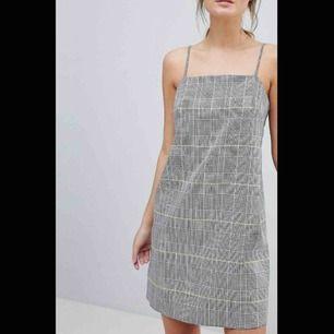 Slutsåld, helt oanvänd klänning från ASOS med prislapp kvar! Nypris 380kr!