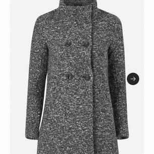 Hjälper systern att sälja av sig jacka som ej använda mer. Snygg grå melerad kappa Storlek 36 från märket Only ✨  200kr plus frakt 👍🏻  Nypris 850kr