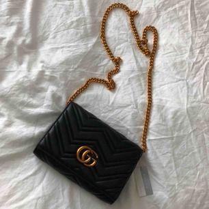 Svart Gucci kopia i äkta läder därav i mycket god kvalité. Helt ny med tags kvar.    Skickas vanligt eller med spårbar frakt, köparen står för eventuell frakt kostnad.