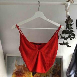 Rött linne från BikBok, ganska urringat men perfekt när det blir varmare väder! Sällan använt i gott skick! Frakt: 50kr