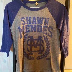 Shawn Mendes merch köpt på hans konsert, skön att ha som sovtröja eller mysa i