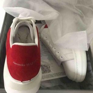 Alexander Mccqueen skor, röd mocka bak Aldrig använda! Kartong och dustbag finns! Skriv om du har frågor eller så😊