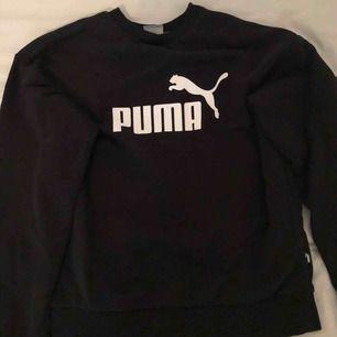 Säljer en Puma sweatshirt i strl S pga att det nt kommer till användning.