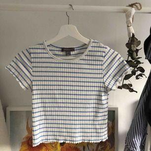 Vill bara bli av med denna, du behöver endast betala frakt! Ribbad T-shirt köpt på Primark, sällan använd! Frakt: 63kr
