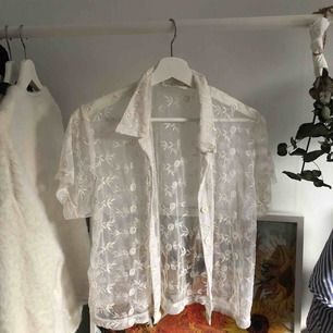 Sjukt cool skjorta jag köpt second hand förra året! Perfekt över en polotröja eller med bara bh under! Frakt: 50kr 🌷🌷🌷