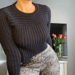 Stickad tröja svart/blått som sitter väldigt bra, lite croptop i längden. Bra kvalitet knappt använd köpt för många år sen finns ej längre i butik.