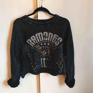 Croppad Ramones sweater som jag ville skulle sitta lite mer oversize så är storlek M.