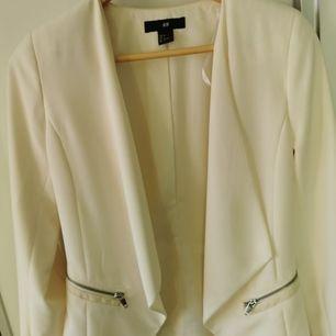 Sjukt snygg cremefärgad blazer med silvriga detaljer. Storlek M men passar XS och S om man vill ha den mer oversize. Använd en gång