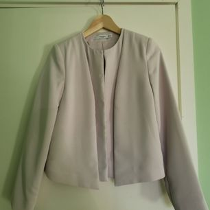 Fin pastellila kofta från Mango i storlek XS. Superfin över klänningar, till kjolar osv. Nypris 599 kr, använd 1 gång
