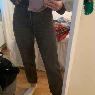 Säljer mina högmidjade as snyggt croppade Levi's jeans då dem har blivit lite små. Skit snygga och as sköna, lite ledsen att dem är små faktiskt. Köparen står för eventuell fraktkostnad