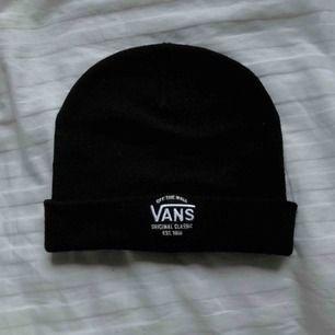 Oanvänd Vans beanie i svart! Nypris är 300!!!