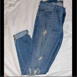 Riktigt fina jeans från Levi's. Slitningar på knäna och lite här och var på benen. Går att både klä upp och ner med fina outfits. Köparen står för frakten!!