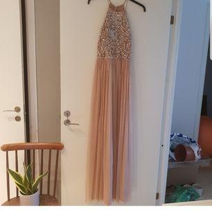 Säljer min klänning från asos, använd endast en gång på ett bröllop. Strl UK10 vilket motsvarar strl 38. Perfekt som balklänning tex :) nypris 1200. Slutsåld på asos. Köparen står för frakten, betalning via swish
