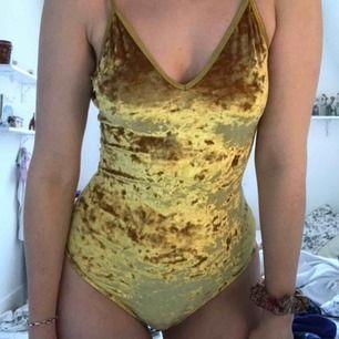 Jag säljer en guldig sammets-body. Köparen står för frakt och betalning sker via swish!🥰