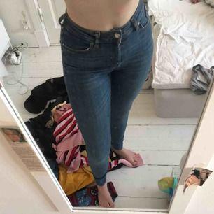 Jag säljer ett par tajta jeans från carlings! Köparen står för frakt och betalning sker via swish!🥰