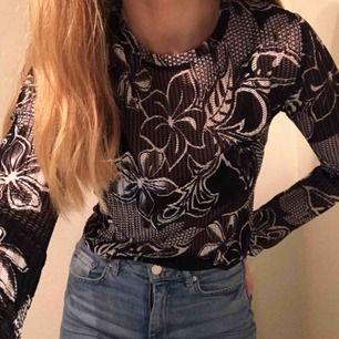 Tröja från Zara, lite nätaktig tröja. Frakt tillkommer.