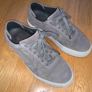 Skor från Axel arigato i grå mocka, använda ett fåtal gånger, som nyskick. Ord pris runt 2000kr.