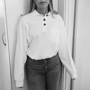 Helt oanvänd oversized long-sleeve polo shirt från Monki💙🦋 frakt på 50kr tillkommer och den står köparen för😊