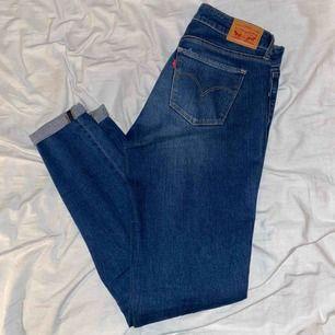 Snygga blåa jeans från Levi's. Vanliga, raka, basic jeans som är väldigt sköna. Tvätten på dom är riktigt fin. Köparen står för frakten!!!