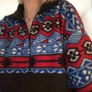 Jag säljer min trendig och coola fleece-tröja! Köparen står för frakt och betalning sker via swish!🥰