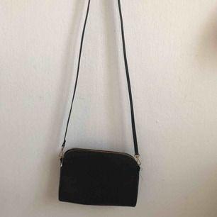 Säljer en svart, vanlig väska. Perfekt att matcha alla dina outfits till. Köparen står för frakt och betalning sker via swish!🥰
