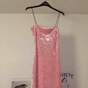 Rosa klänning i sammet från Urbanoutfitters 💓