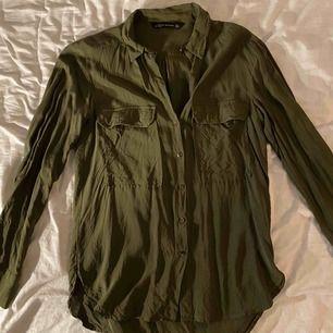 Fin, mörk grön skjorta från Zara. Den är v-ringad och i ett super tunt/skönt material. Jättesnyggt och ha en spets bh under så den syns lite vid axeln. Köparen står för frakten!!!
