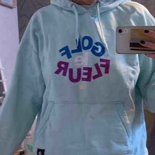 Säljer tyvärr min älskade Golf le fleur hoodie som jag älskar pga. Lite användning! Det finns en liten smink fläck på som inte går bort vilket förklarar det låga priset. Möts upp i stockholm! Eller fraktar.