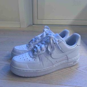 Nike air forces köpta i vintras och använda max 3 gånger pga insåg att jag har storlek 37. Är helt fläckfria och ser ut som nya. Nypris 1099 kr