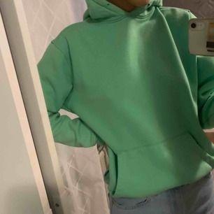 Säljer denna snygga gröna hoodie!! Superbekväm!! Möts upp i stockholm eller fraktar.