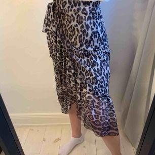 En kjol från Gina tricot som går i omlott med ett knyte i midjan som en detalj. Strechigt material och i super fint skick!