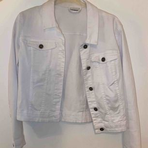 Fin, vit jeansjacka som är i ett stretchigare material. Passar till vilken sommar outfit som helst. Den har en lite åt sittande passform vilket är fint. Köparen står för frakten!!!