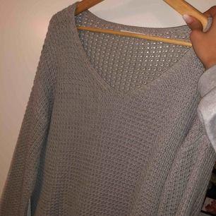 Stickad mysig tröja som går att använda som klänning beroende på hur lång man är. Använd ett fåtal gånger bara 🥰