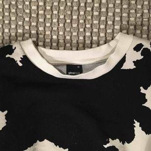 Fin och rolig ko-mönstrad tröja från Gina, superskön och snygg! Använd typ 3-4 gånger, så i fint skick! Köpt för 250kr