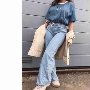 Dessa supersnygga avklippta vida jeans från Junkyard, som tyvärr inte passar mig längre i storleken, i storlek 26, frakten kostar 70kr❤️