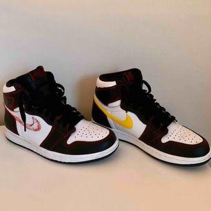 Säljer mina nike Air Jordan 1 OG Definant Yellow, använt endast 1 gång. Helt i nyskick, säljes pga har för många skor. Bud gottages!